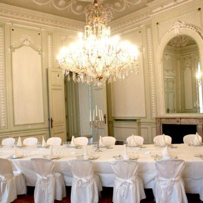 Grande salle avec un luxueux lustre pour votre diner ou séminaire