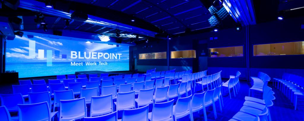 Conférence dans un grand espace, possibilité de diffusion en direct