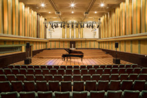 Salle de concert à Flagey avec un piano sur la scène