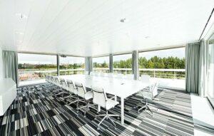 Salle de réunion lumineuse avec vue